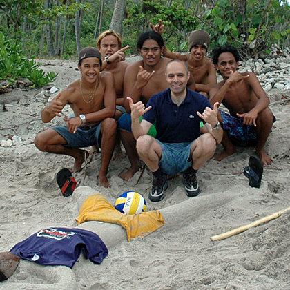 Tahitian beach boys, Moorea, Tahiti (French Polynesia), 31.10.2004